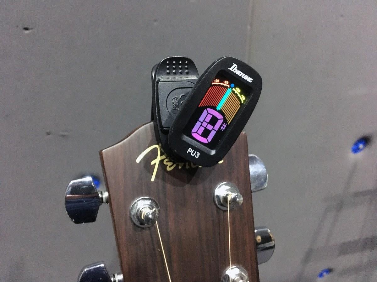 Akurat Saat Menyetem Gitar Dengan Menggunakan 10 Tuner Gitar yang Keren