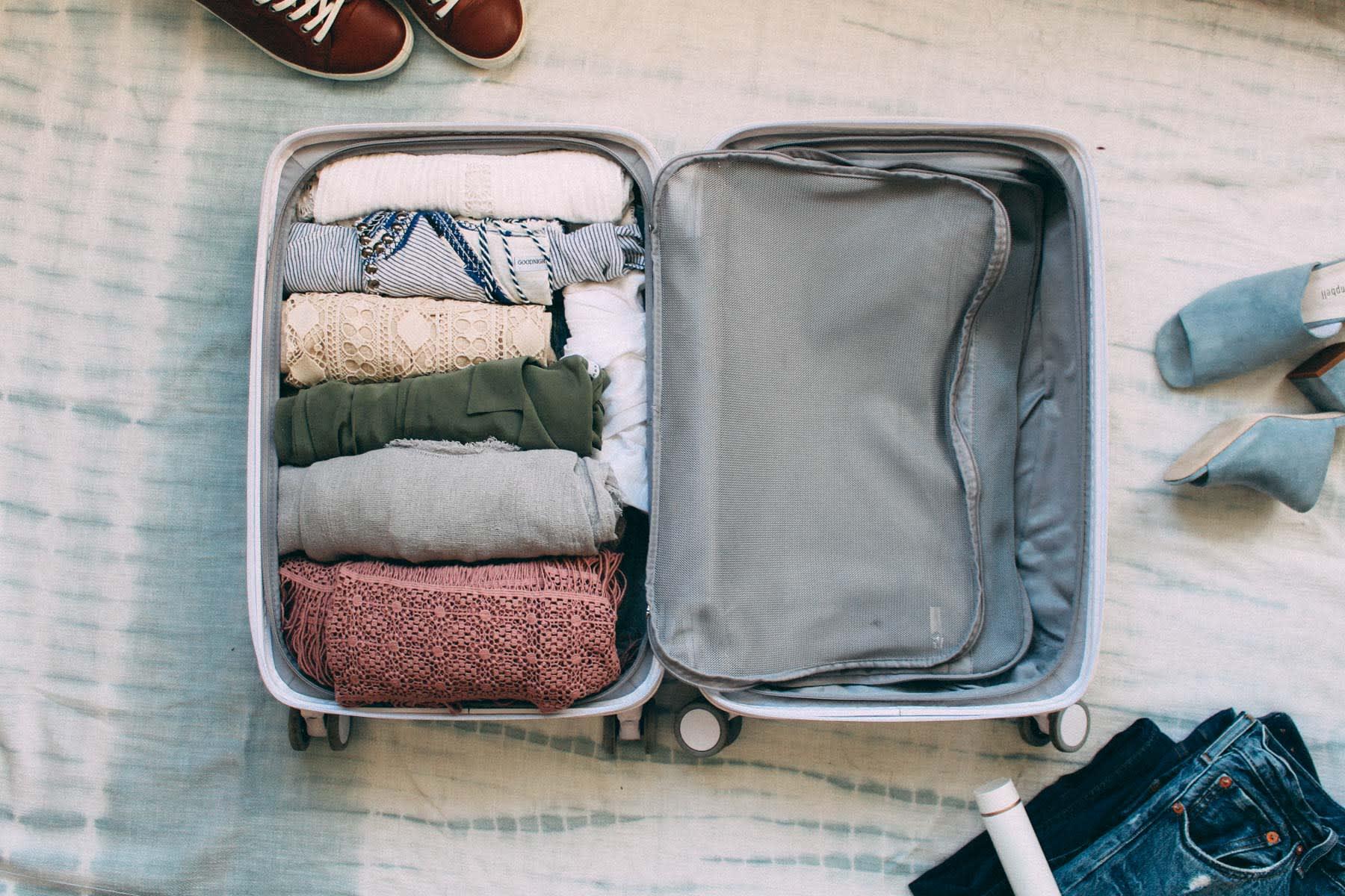 Cara packing baju di koper